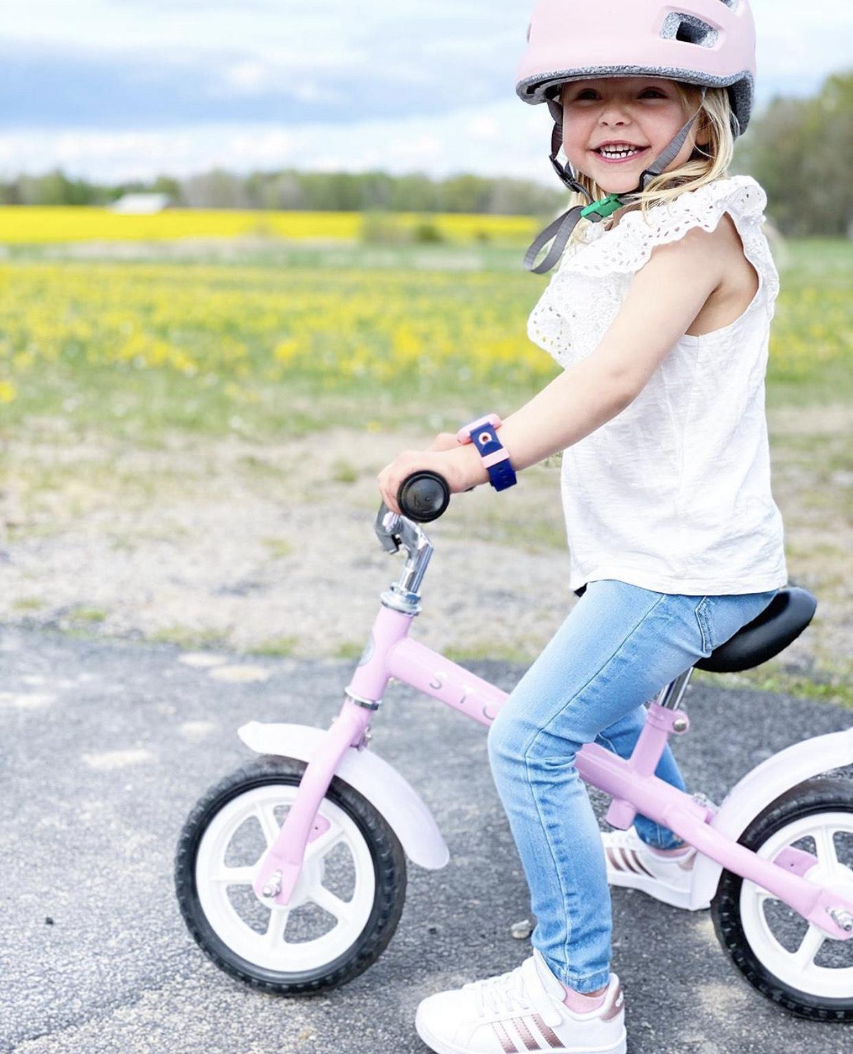 Barn og teknologi: Jente på sykkel med XPLORA klokke.