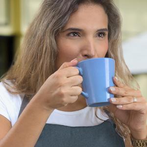 dame-drikker-kaffe