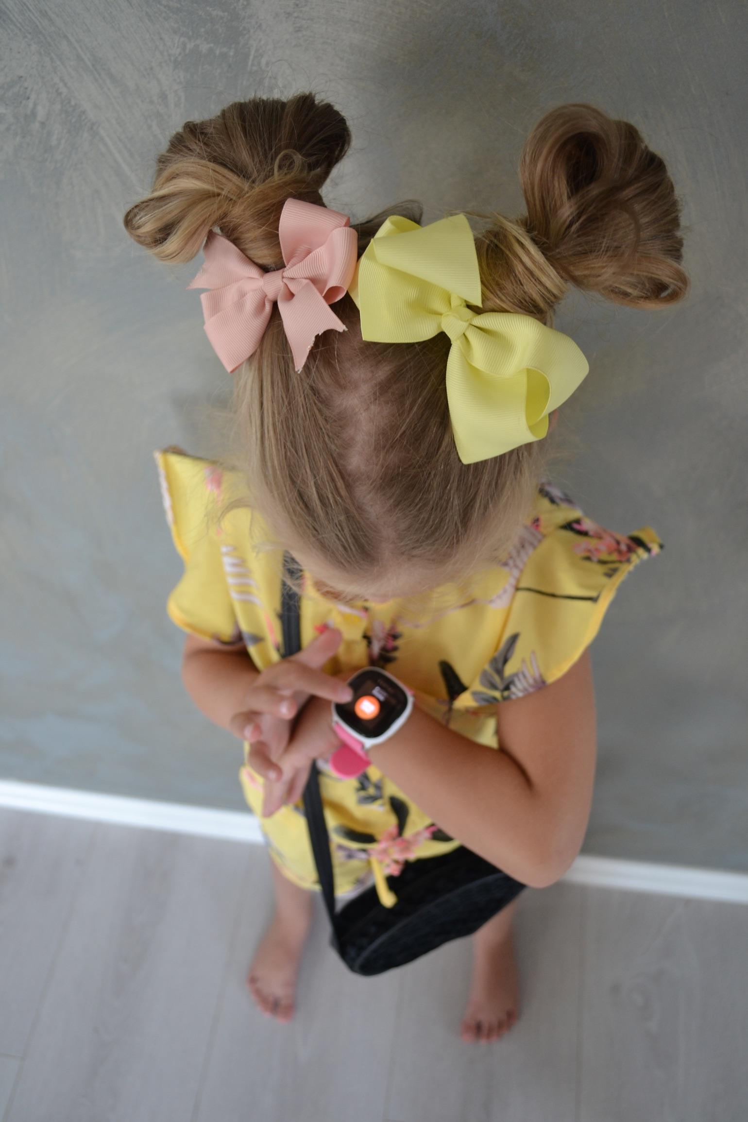 jente-med-sløyfer-i-håret-og-xplora-smartklokke
