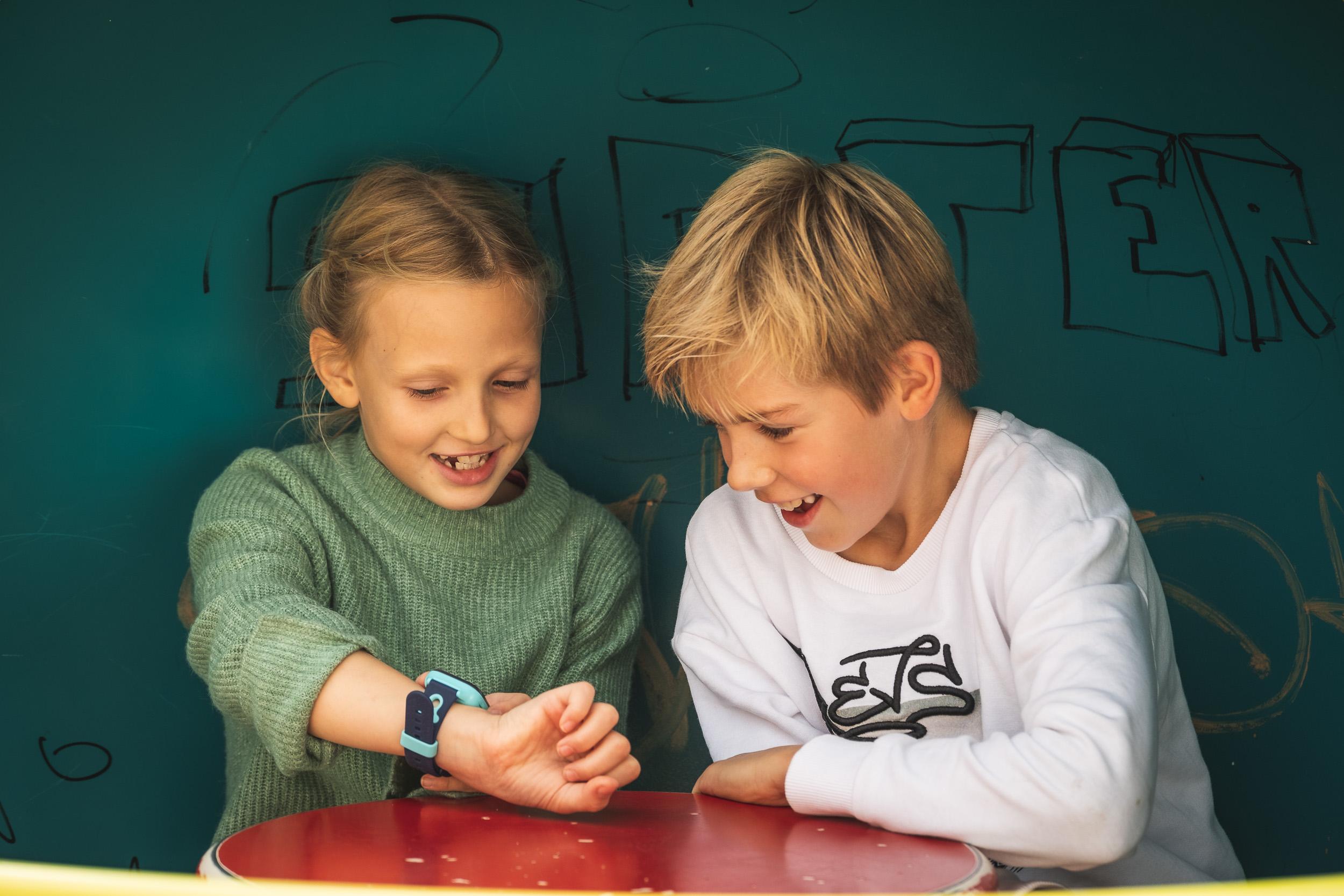 To barn som ser på en XPLORA smartklokke