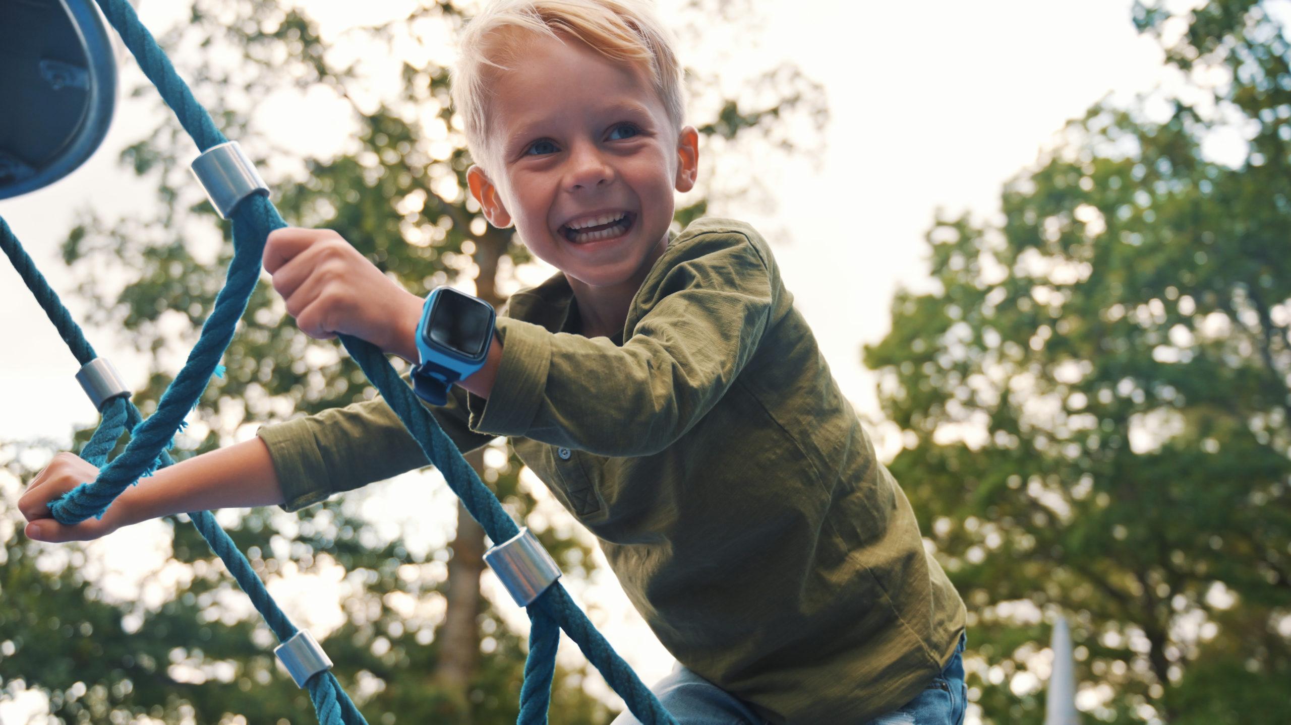 Mindre skjermtid når barna leker ute med sin xplora klokke. Her leker en gutt i klatrestativ