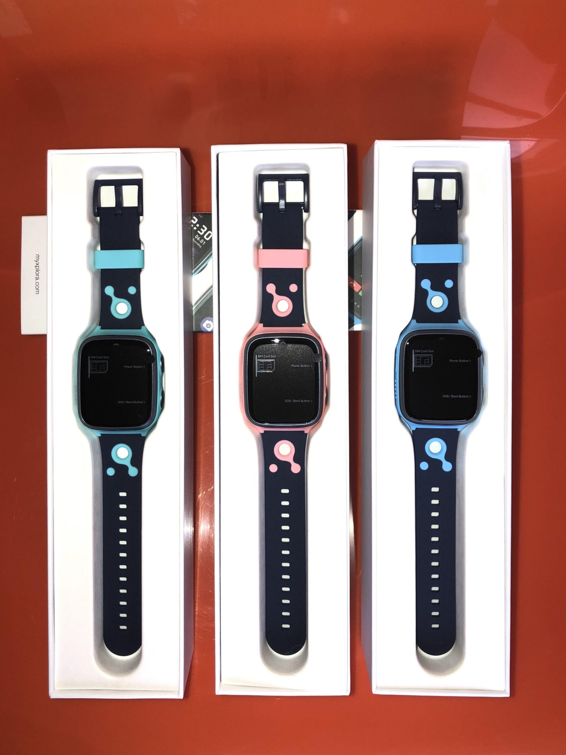 Tre smartklokker fra Xplora i fargene turkis, rosa og blå.