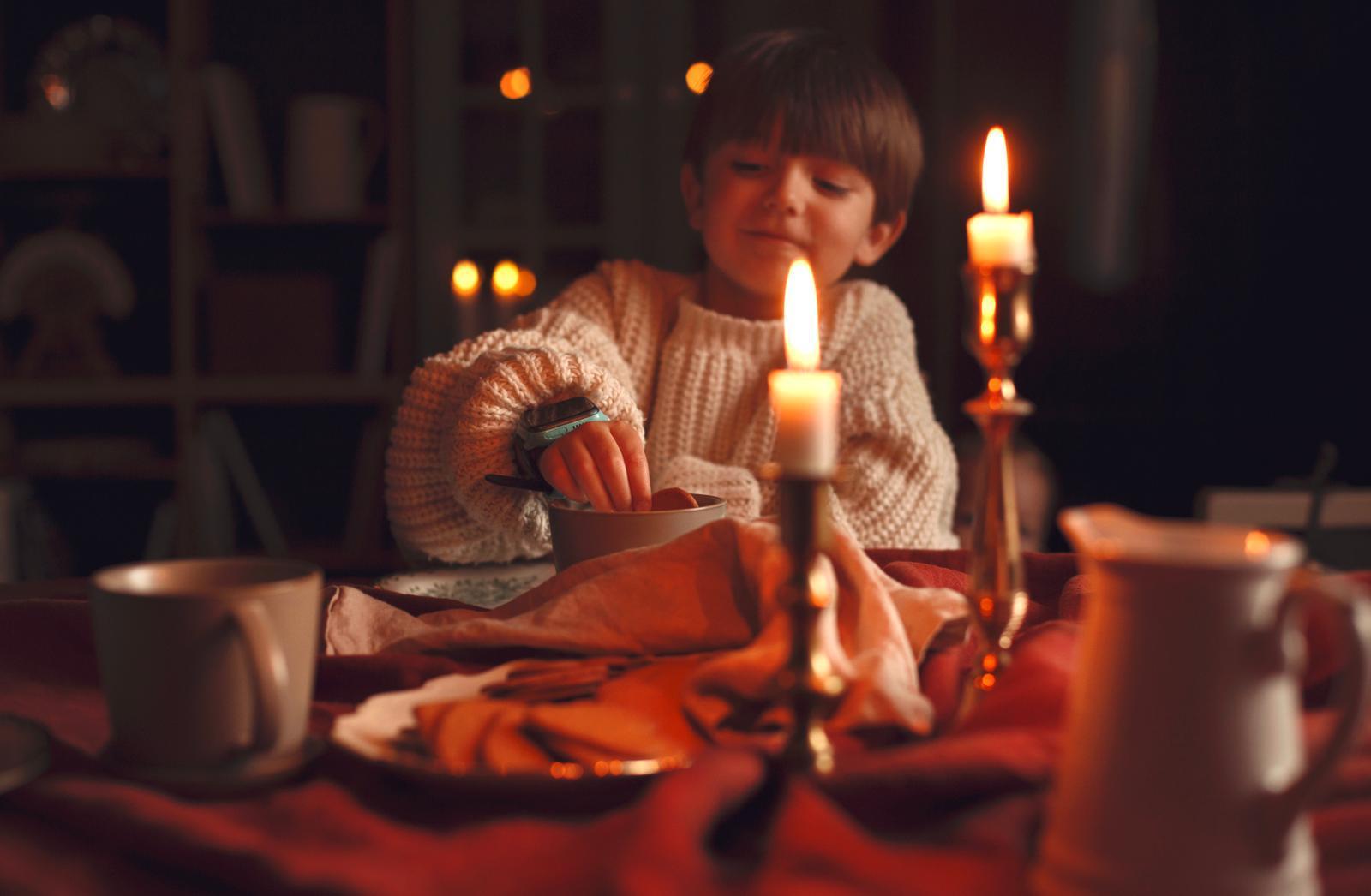 gutt med julestemning