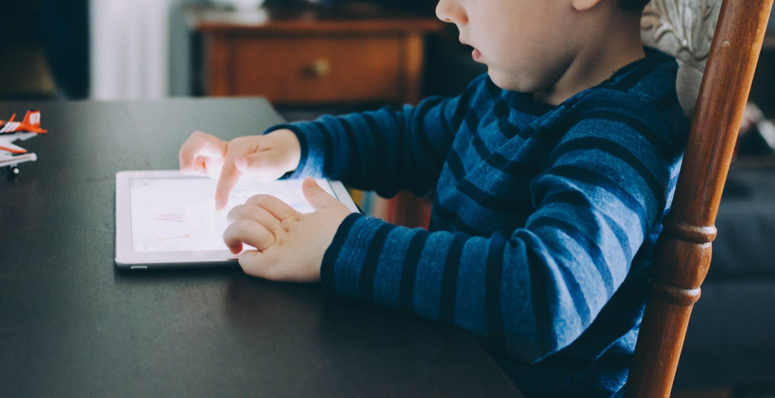 Er barnet ditt avhengig av skjermtid? Slik går du frem.